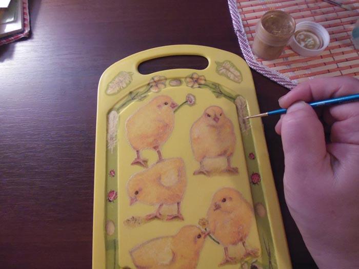 Берем золотую краску для декора и круглой кисточкой №1 обводим цыплят по контуру