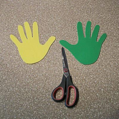 Обведя руки, вырежьте их