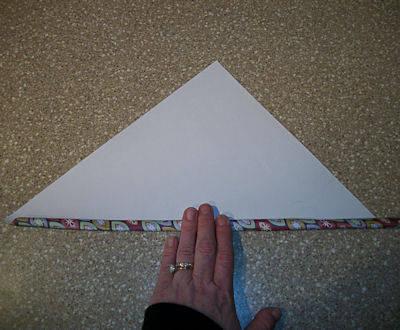 Чтобы сделать ручку для маски, используйте большой лист обёрточной бумаги