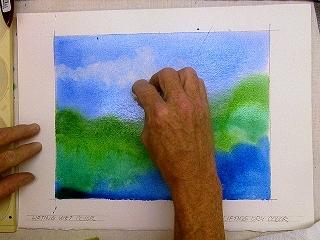 Сомните косметическую салфетку и используйте ее как инструмент для нанесения рисунка путем удаления краски