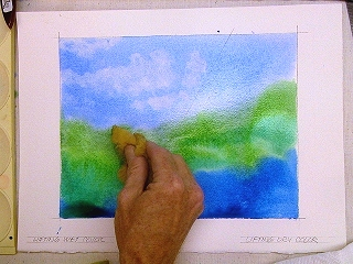 Натуральная морская губка позволяет нанести более дисперсный и текстурный узор на влажный акварельный рисунок