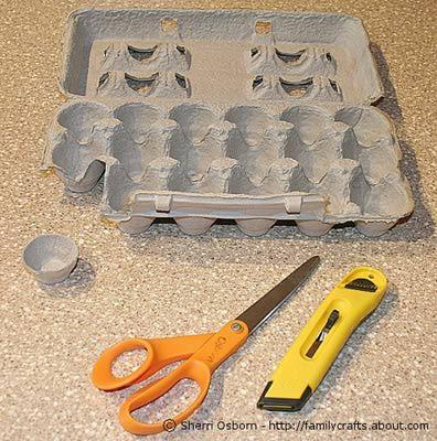 Вырезаем из картонной упаковки из-под яиц