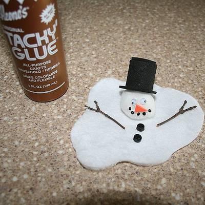 Осталось приклеить цилиндр к голове снеговика