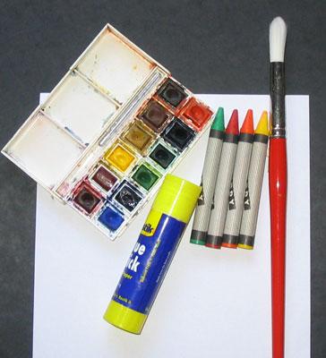 Подготовьте акварель, кисточку, восковые карандаши, клей и плотную бумагу