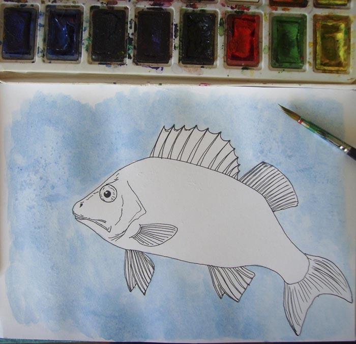 Лист бумаги вокруг рыбы смочите водой, а затем закрасьте его голубой краской