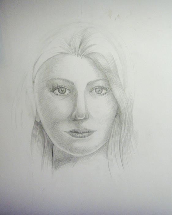 Левую сторону лица штрихуйте менее интенсивно, так как именно на нее падает свет. Легкими штрихами начните изображать волосы