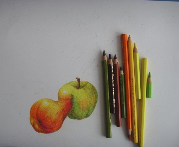 Наложите на яблоко еще один слой штриховки, постепенно делая его цвет более насыщенным и выразительным
