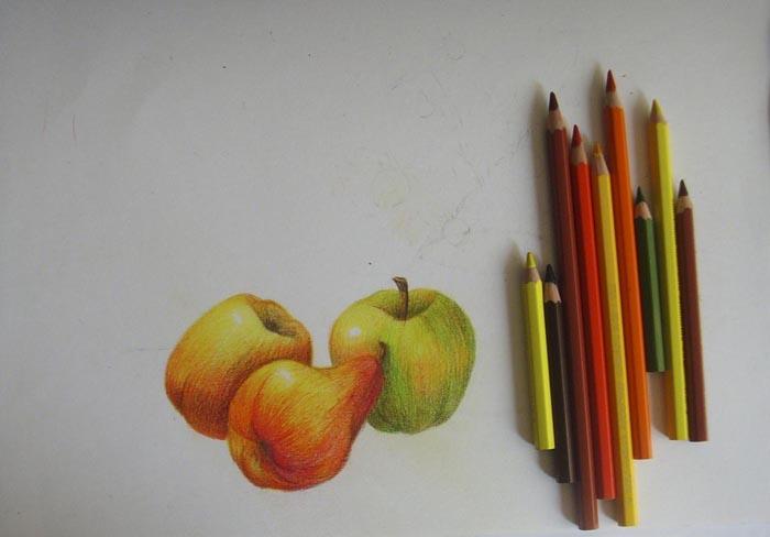 Наложите на третье яблоко еще один слой штриховки, сделав один из его бочков красным
