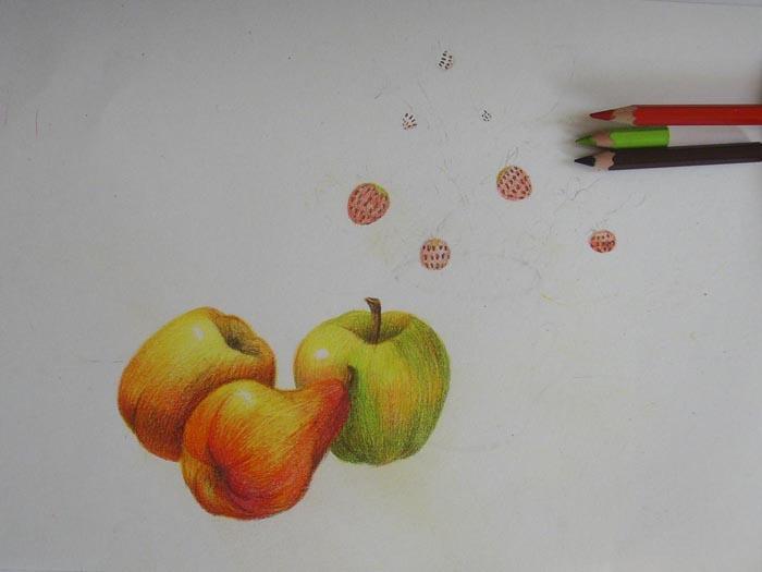 Красным и зеленым цветом заштрихуйте ягоды земляники. Темно-коричневым нарисуйте на них точечки