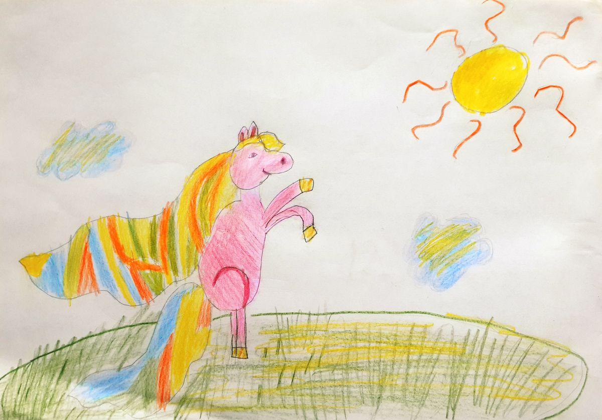 Лошадка играет на лугу.