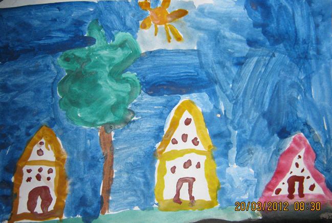 Три дома, дерево, солнце, а небо тяжолое